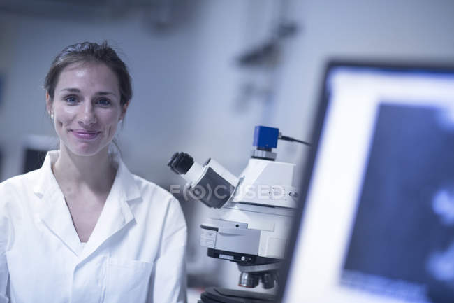 Portrait of female scientist in laboratory — Stock Photo
