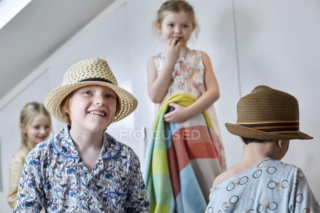 Bambini che giocano dress-up nella camera loft — Foto stock