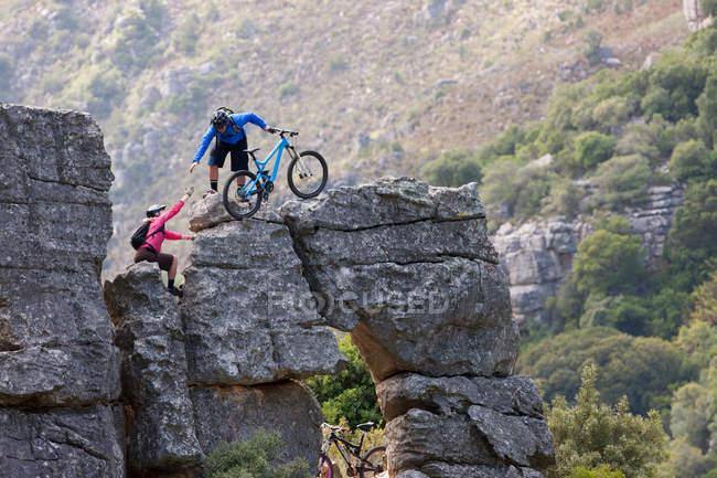 VTT couple escalade formation rocheuse — Photo de stock