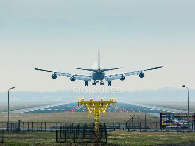 Airplane coming to land — Stock Photo