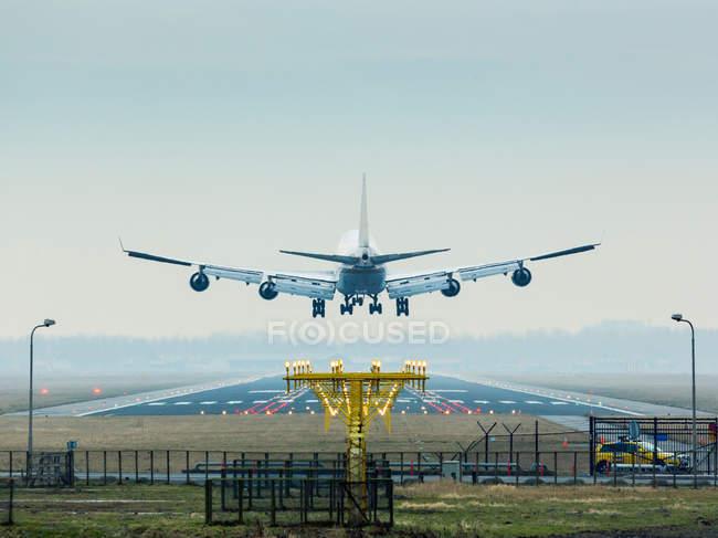 Літак в найближчі на землю — стокове фото