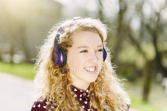 Портрет девочки-подростка, прослушивание наушников — стоковое фото