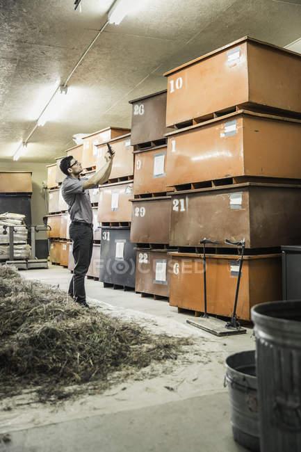 Wissenschaftler, die gestapelte Kisten im Werk Wachstum Forschung Zentrum Lager fotografieren — Stockfoto