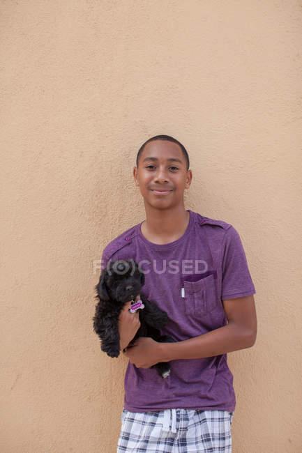 Портрет мальчика с собакой — стоковое фото