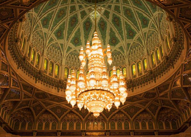 Grande lustre em mesquita — Fotografia de Stock
