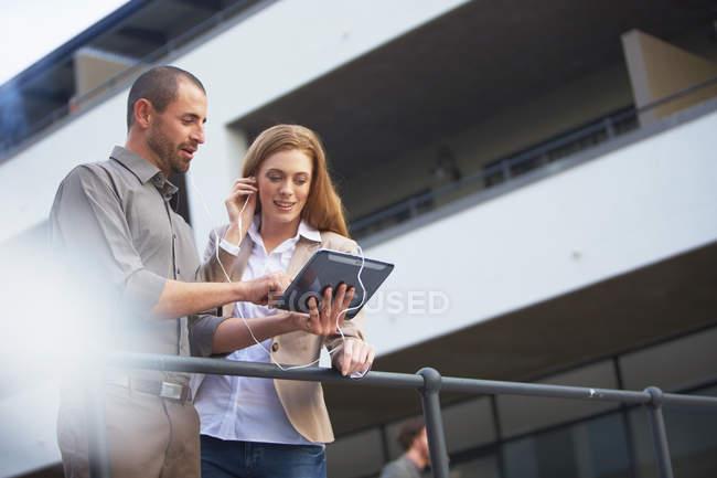 Бізнесмен і Ділова жінка за допомогою цифрової планшета — стокове фото