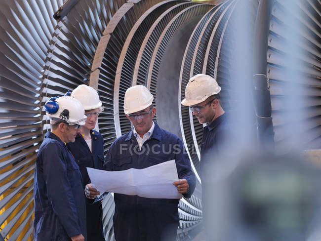 Ingénieurs devant la turbine — Photo de stock