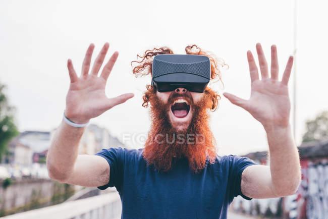 Портрет молоді чоловіки hipster з руде волосся і Борода, кричали в той час як носіння віртуальної реальності гарнітура — стокове фото