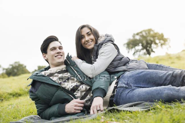 Jovem casal descansando no parque — Fotografia de Stock