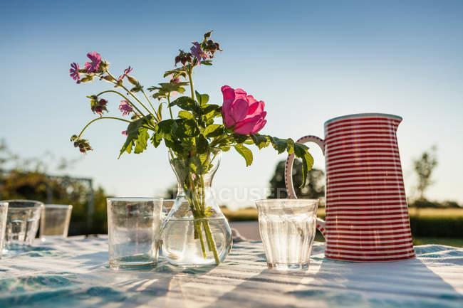 Солнечный свет на столе цветов — стоковое фото