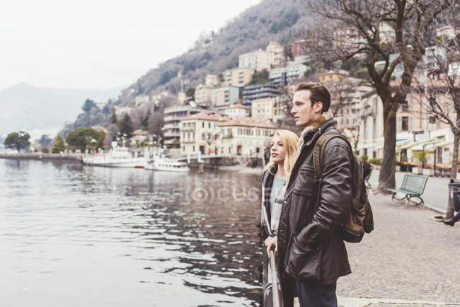 Молодая пара с видом на озеро Комо, Италия — стоковое фото