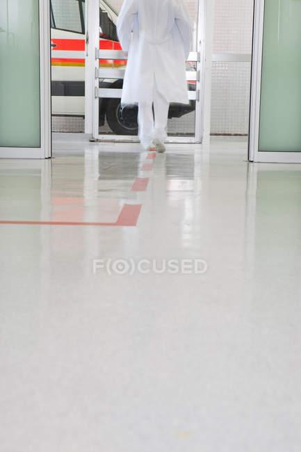 O médico está de volta correndo pelo corredor — Fotografia de Stock