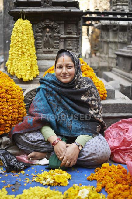 Porträt von weiblichen Straßenhändler mit Blumengirlanden, Thamel, Kathmandu, Nepal — Stockfoto