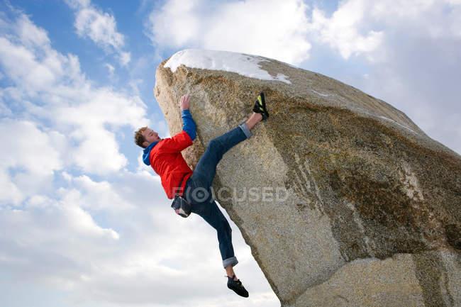 Альпинист скалолазание снега ограничен пик — стоковое фото