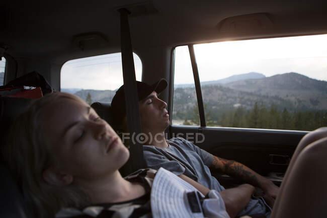 Молодая женщина и женщина спят в машине, озеро Маммот, Калифорния, США — стоковое фото