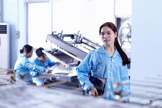 Техніків, що працюють з обладнанням в світлодіодного заводу в Гуандун, Китай — стокове фото