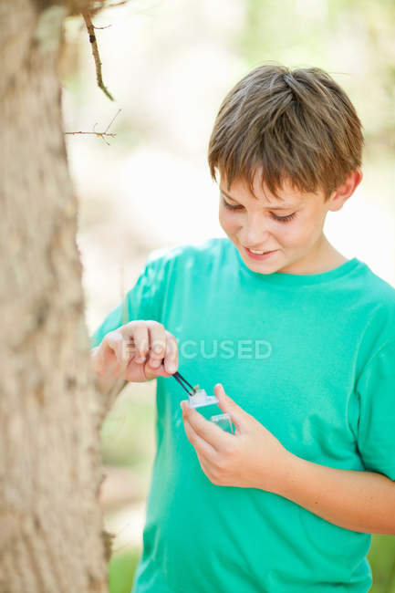 Студент осматривает растения на открытом воздухе — стоковое фото