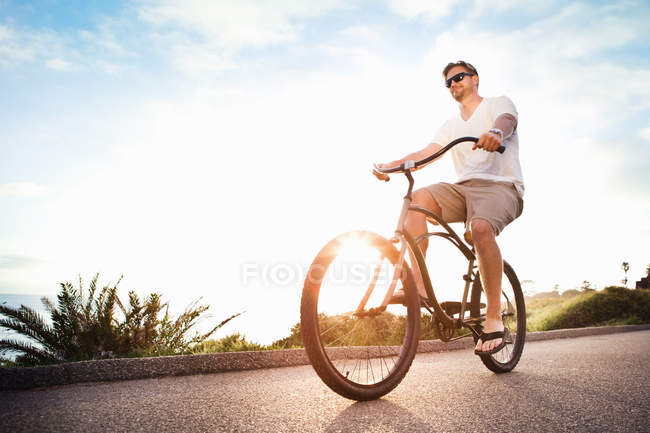Mann reitet auf dem Fahrrad im freien — Stockfoto