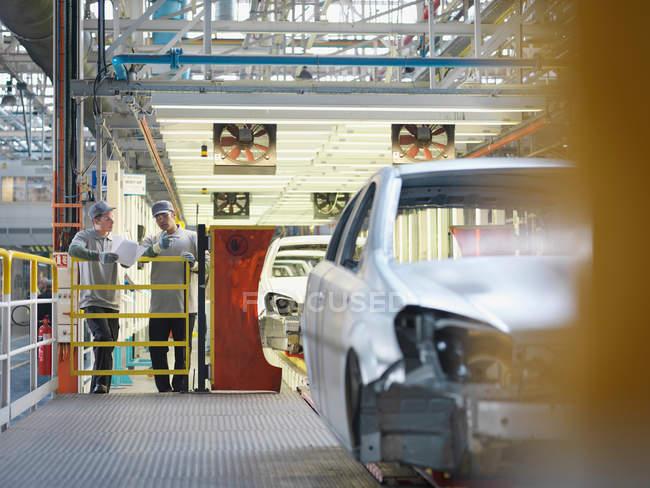 Автомобіль заводчан & виробнича лінія — стокове фото
