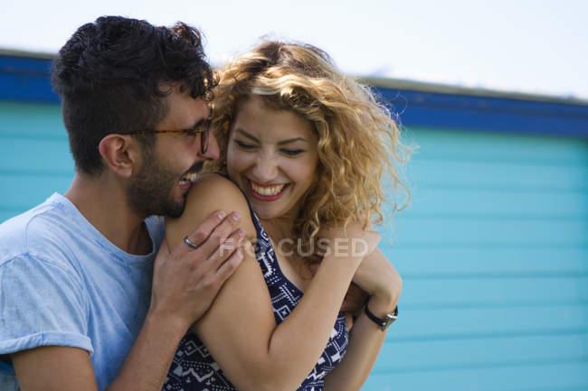 Куповані образ молодої пари сміятися — стокове фото