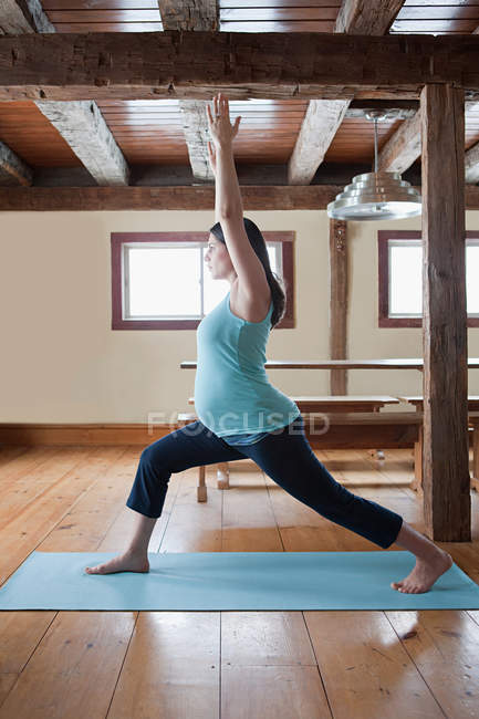 Schwangere macht Yoga — Stockfoto
