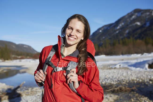 Jeune femme portant une veste rouge, portrait — Photo de stock