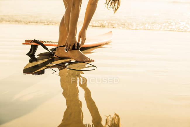 Jeune femme se préparant à surfer, La Jolla, San Diego, Californie, USA — Photo de stock