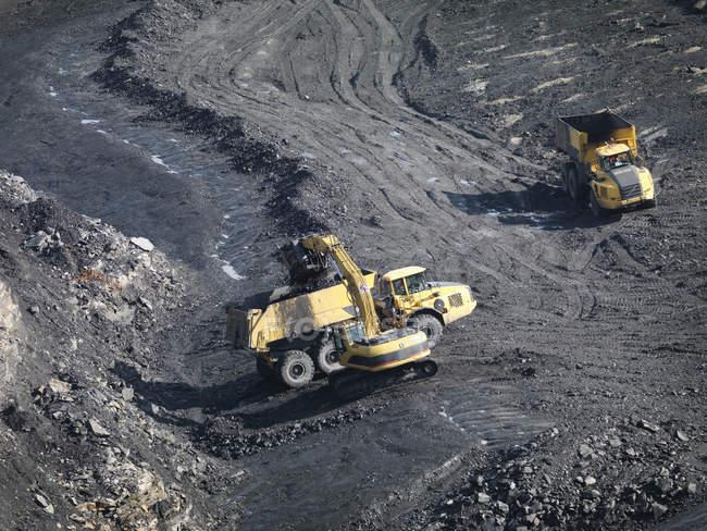 Mine de charbon avec pelleteuses d'en haut — Photo de stock