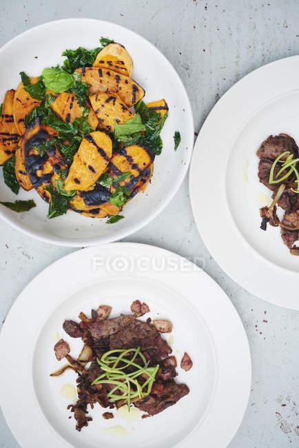 Griddled солодкий картопля і ягнят печінки салат з беконом, вид зверху — стокове фото