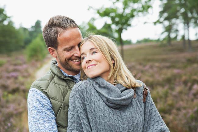 Meio adulto casal abraço — Fotografia de Stock