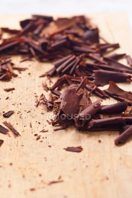 Gros plan des copeaux de chocolat sur la table — Photo de stock