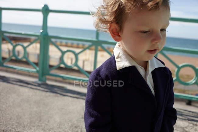 Портрет маленького мальчика на набережной — стоковое фото