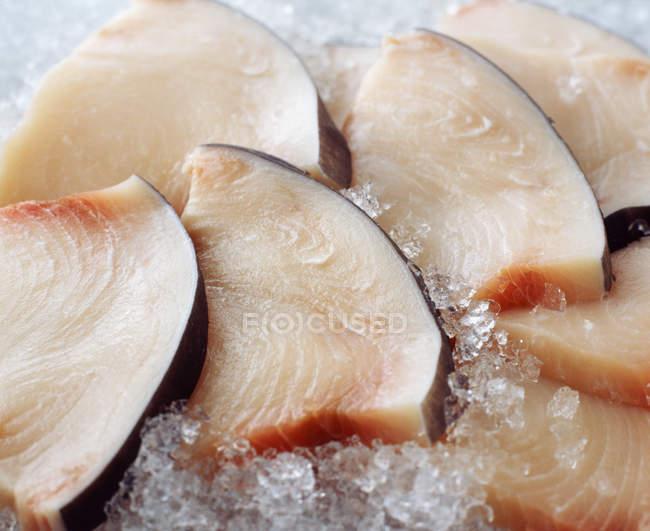 Сырые нарезанные меч рыба на дробленый лед — стоковое фото
