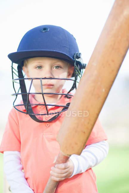 Хлопчик з cricket bat на відкритому повітрі — стокове фото