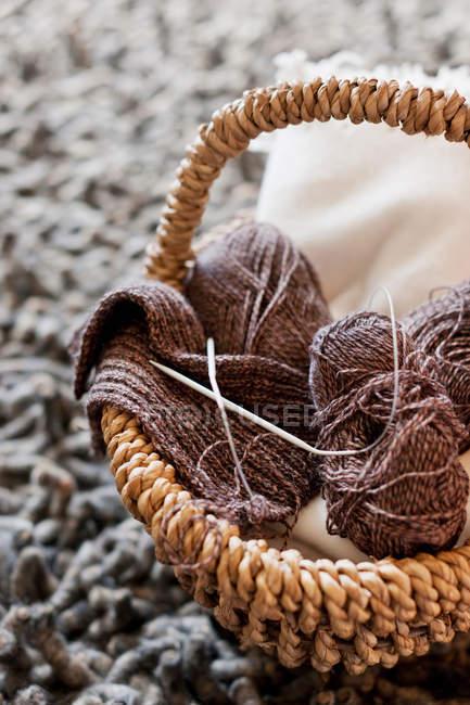 Filato per maglieria e aghi in cestino di vimini — Foto stock