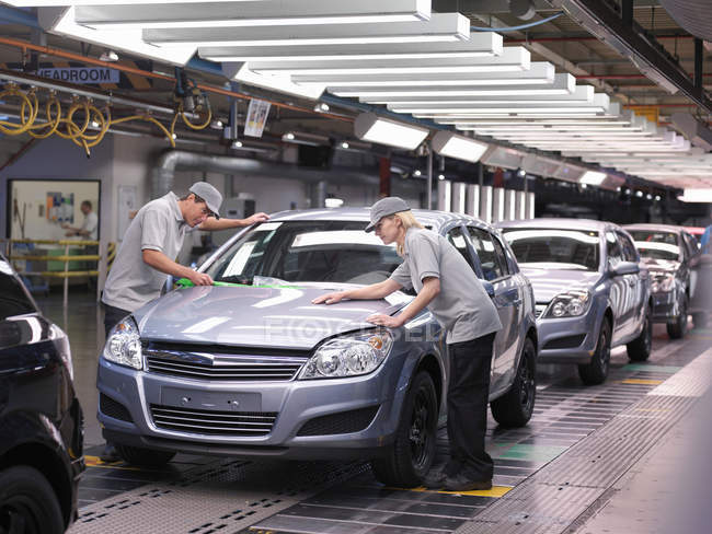 Car Workers Inspecting Finished Cars — Stock Photo