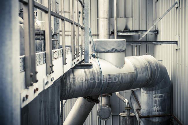 Detalhe do edifício exterior e tubulações na planta industrial — Fotografia de Stock