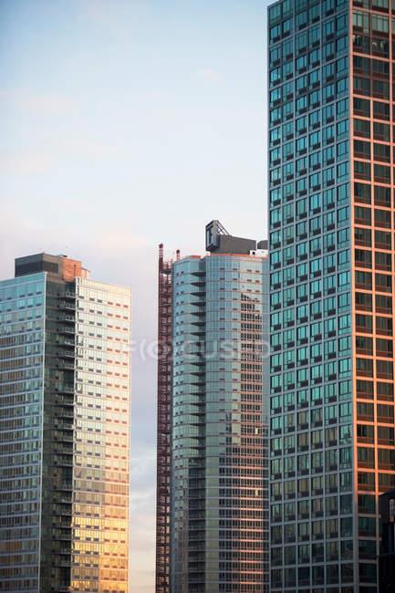 Ventanas de los rascacielos urbanos - foto de stock