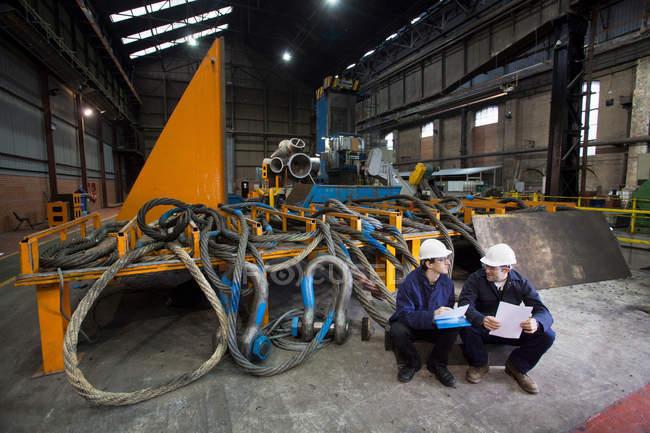 Trabalhadores que falam na forja de aço — Fotografia de Stock