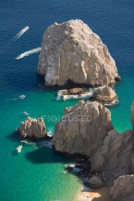 Vue de rochers et mer — Photo de stock