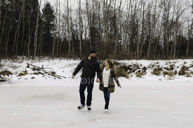 Парное катание на замёрзшем озере, Уитби, Онтарио, Канада — стоковое фото