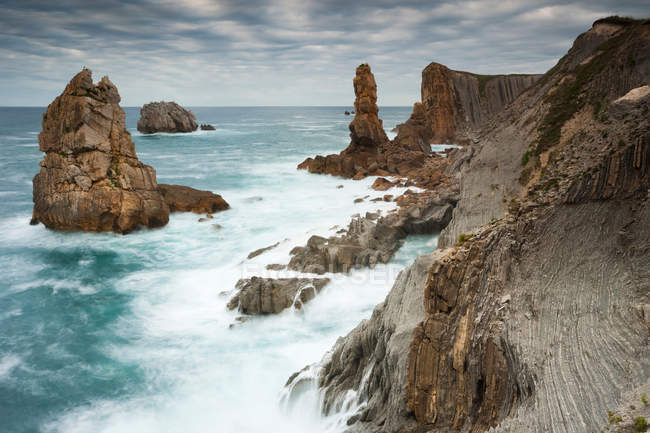 Waves crashing on rocky cliffs — Stock Photo