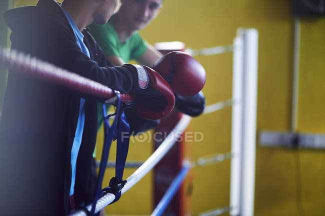 Молоді чоловіки боксери спираючись на мотузці кільце кільця — стокове фото