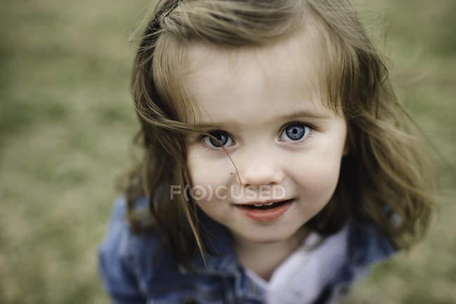Портрет молодой девушки, смотрящей в камеру — стоковое фото