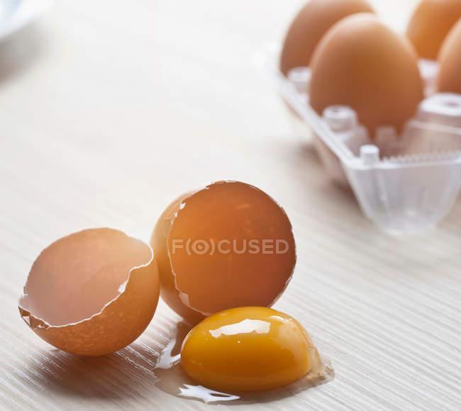 Broken eggshells and yolk — Stock Photo