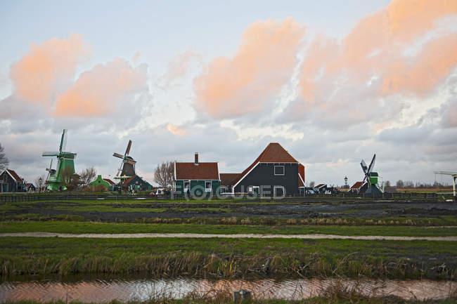 Ветряные мельницы и традиционные дома — стоковое фото