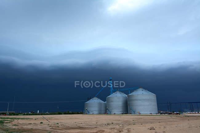Arcus nuage de tempête sur les silos à grain — Photo de stock