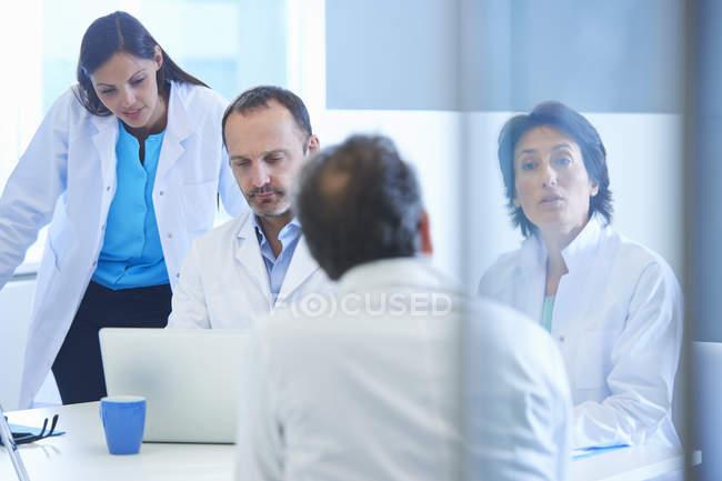 Группа женщин и мужчин-исследователей, встречаясь — стоковое фото