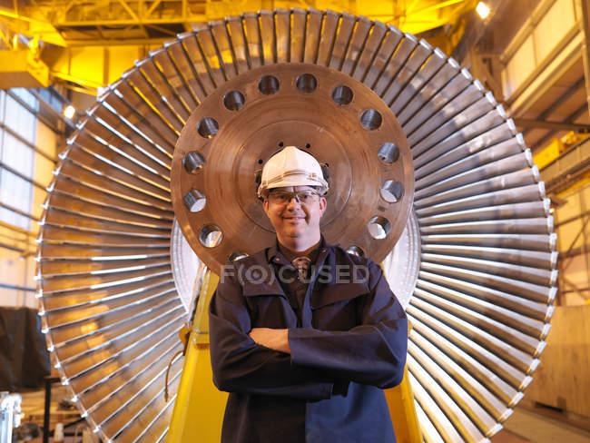 Ingénieur restant devant la turbine — Photo de stock