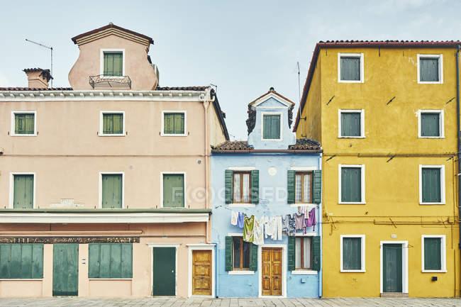 Façade traditionnelle multi couleur maisons, Burano, Venise, Italie — Photo de stock